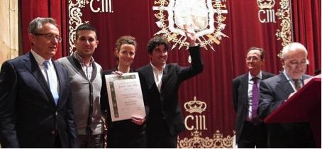 En Oviedo, los miembros del Jurado D.Eleuterio Calleja, D.Eugenio González y D.Félix Caballera, entregan el premio XXII JUAN JULIO PUBLICACIONES a los fundadores de Nomad Garden en el 42º Congreso de la AEPJP